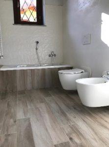 sanitari sospesi per alleggerire il design di un bagno come insegnato al Master di Interior Design di NAD